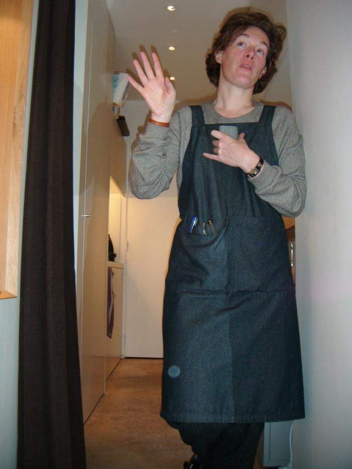 Edwina de Charette de la Contrie en tablier de maroquinerie avec iPhone